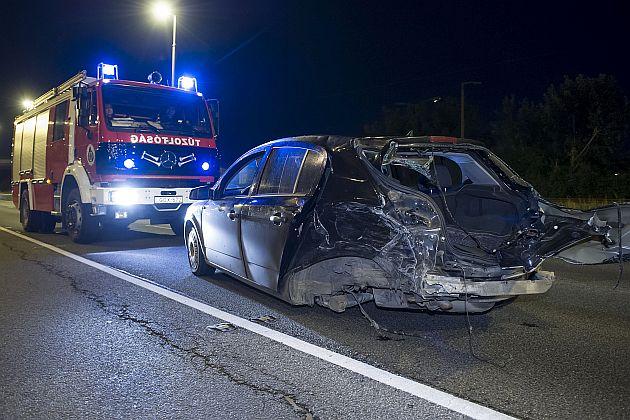 Ketten sérültek meg, amikor két személygépkocsi ütközött össze, majd az egyik az árokba csapódott Budapesten szombat hajnalban. Fotó: Lakatos Péter, MTI