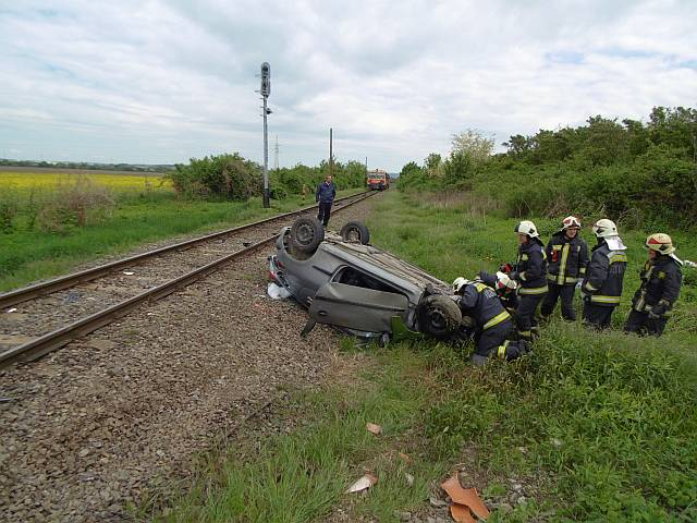 Vonattal ütközött egy személyautó – FOTÓK