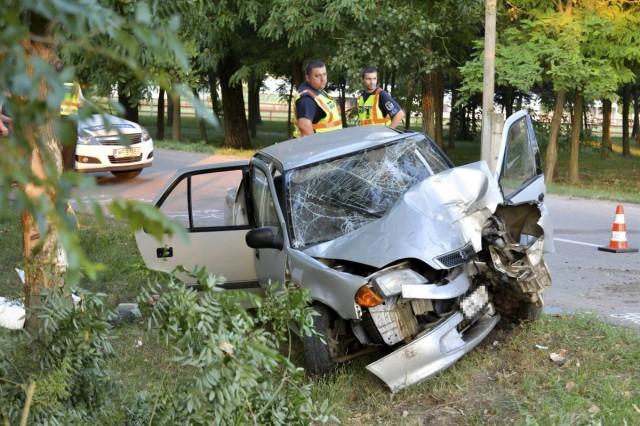 Fának ütközött egy személyautó vasárnap hajnalban a Bács-Kiskun megyei Mélykúton. A 65 éves vezetője a helyszínen életét vesztette. Fotó: Donka Ferenc, MTI
