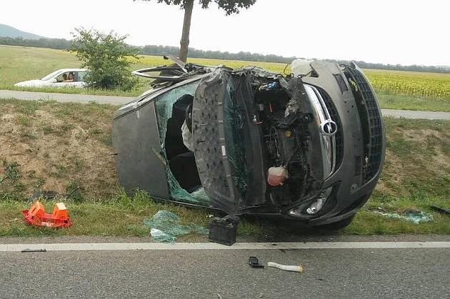 Frontálisan ütközött két személygépkocsi szombat délután Dunabogdány mellett. A két sofőr súlyosan megsérült. Fotó: Katasztrófavédelem