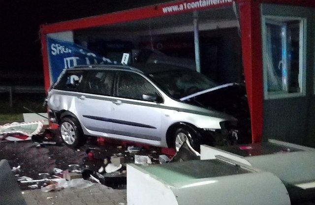 Konténerbe csapódott egy autó, egy nő meghalt