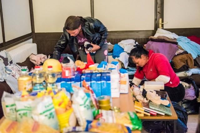 Élelmiszert és ruhaneműt osztott az alapítvány