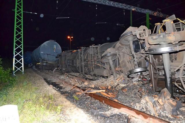 Gázolajat szállító vasúti kocsik borultak fel