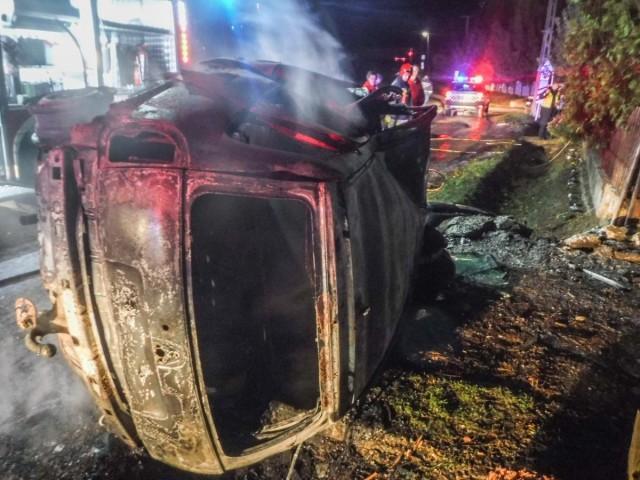 Oldalára borult és felgyulladt egy autó Batéban, a sofőr a roncsban égett. fotó: Katasztrófavédelem/7800