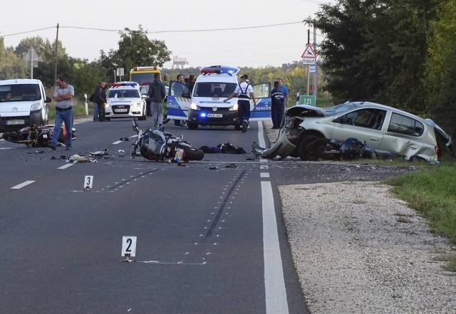 Négy motoros rohant egy személygépkocsiba szombat délután Békéscsaba és Mezőberény között - öt súlyos sérült. Fotó: Donka Ferenc, MTI