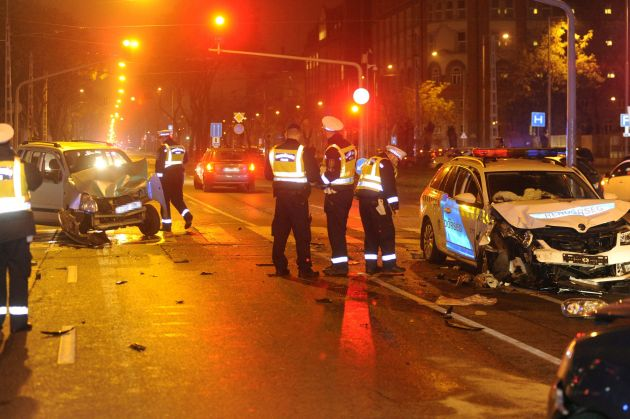 Öten sérültek meg a budapesti balesetben csütörtökön, közülük hárman rendőrök. Fotó: Mihádák Zoltán, MTI