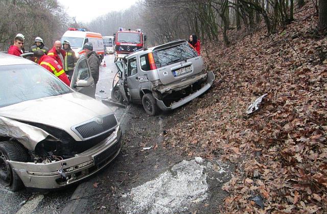 Két személygépkocsi ütközött össze péntek délután Vác közelében. A sofőrök súlyos sérüléseket szenvedtek. fotó: Katasztrófavédelem