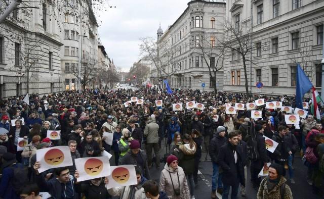 Diákok tüntetnek a modern oktatásért