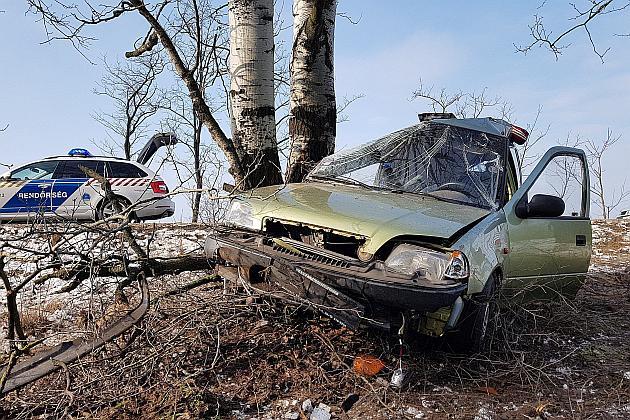 Letért az úttestről és fának ütközött egy autó Pirtó közelében. A sofőr életét vesztette. Fotó: Donka Ferenc, MTI