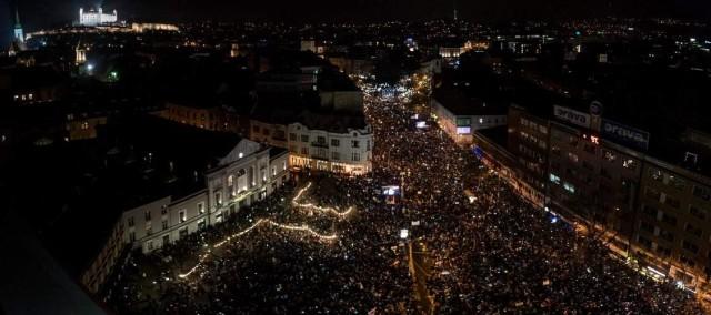 Becsapva érzik magukat a szlovákok, tízezrek tüntetnek