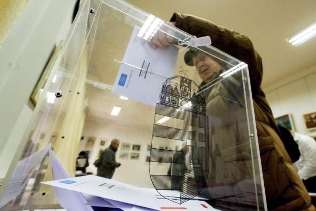 Leadja levélszavazatát egy nő az április 8-i országgyűlési választásra a kolozsvári főkonzulátuson.  Fotó: Biró István, MTI