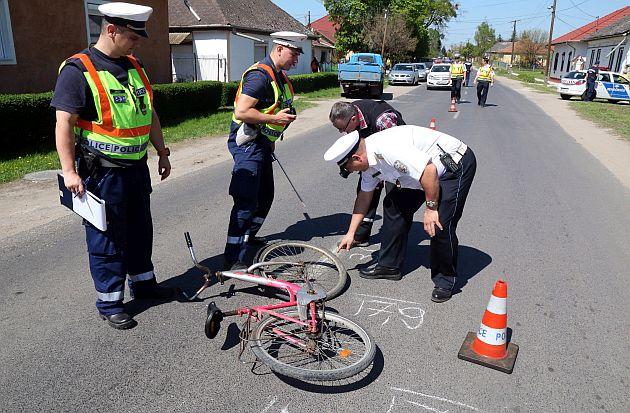 Rendőrök helyszínelnek szombaton Ónodon, ahol meghalt egy kerékpározó kilencéves gyermek, amikor egy kisteherautó elé kanyarodott. Fotó: Vajda János, MTI
