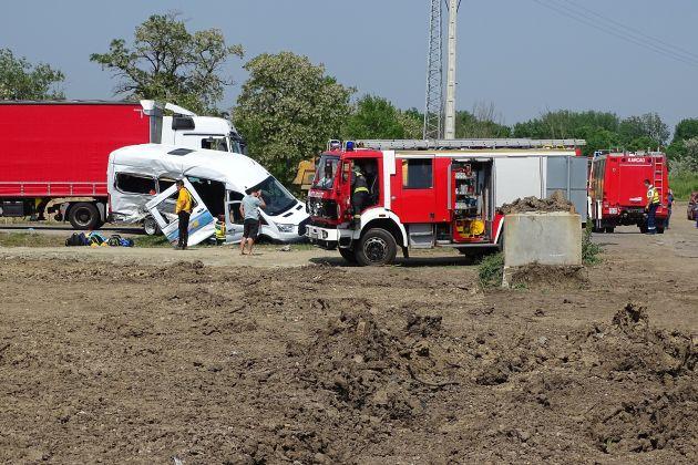 Mikrobusz és kamion ütközött Kunszentmárton külterületén vasárnap. Kilencen sérültek meg.