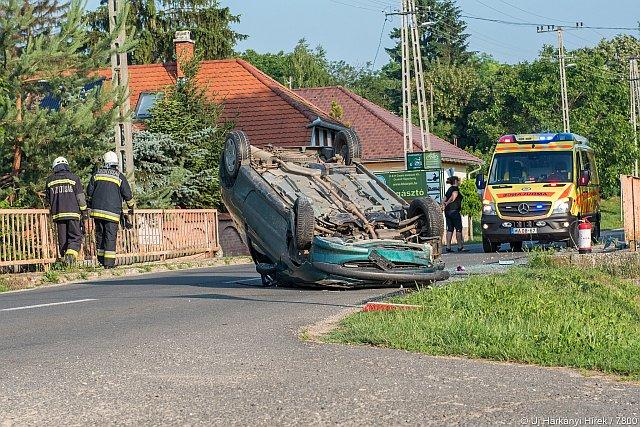 Felborult egy autó Ócsárdon