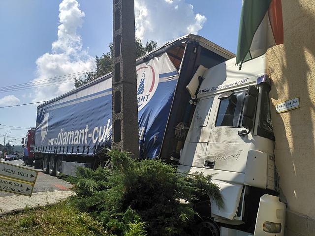Iskola falának hajtott egy kamion – friss: képek a balesetről