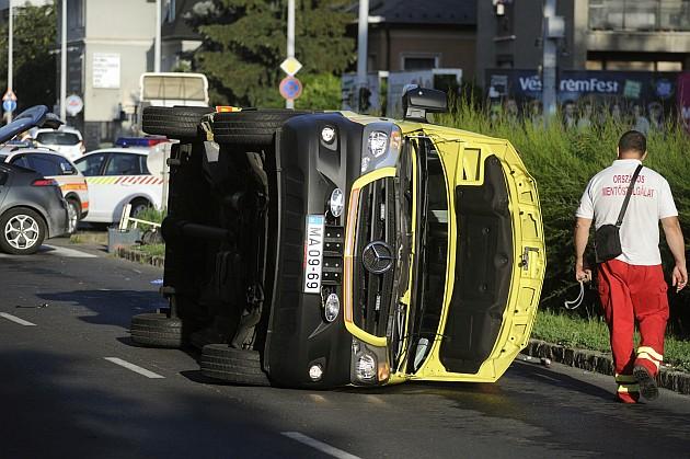 Szirénázó mentőautó ütközött egy személygépkocsival csütörtökön a fővárosban. Hárman megsérültek.  Fotó: Mihádák Zoltán, MTI
