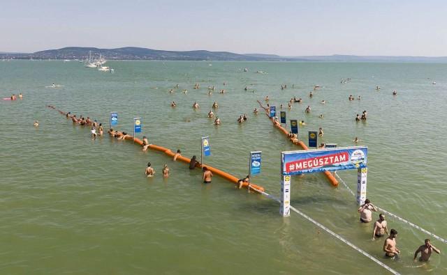 Ezrek úszták át a Balatont