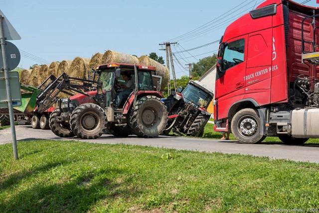 Kamion és bálákat szállító traktor ütközött Kémesen