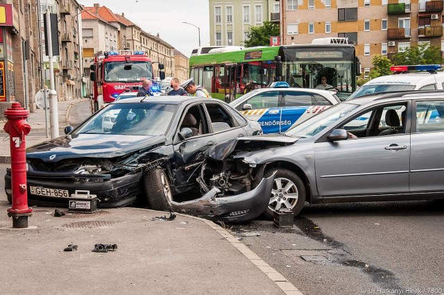 Négyen sérültek meg, köztük egy kisgyerek is a pécsi balesetben