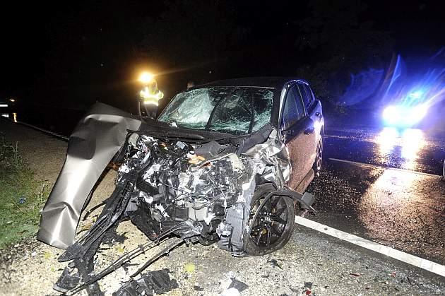 Összeroncsolódott személyautó 2018. augusztus 11-én virradó éjjel a 81-es főút 15-ös kilométerszelvényében, Magyaralmás térségében, ahol három autó összeütközött. A balesetben az egyik gépkocsiban utazó három ember meghalt, további hét ember megsérült. MTI Fotó: Mihádák Zoltán