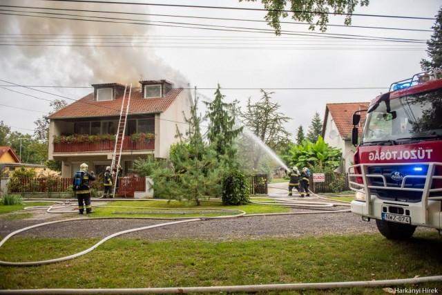 Tűz ütött ki egy harkányi ház tetőterében