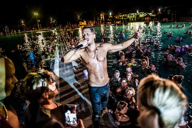 Koncert közben dobta le ruháját és vetette magát a medencébe Vastag Csaba