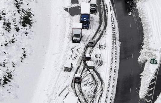 Míg itt rekordmelegek dőlnek, Franciaországot a hó bénítja
