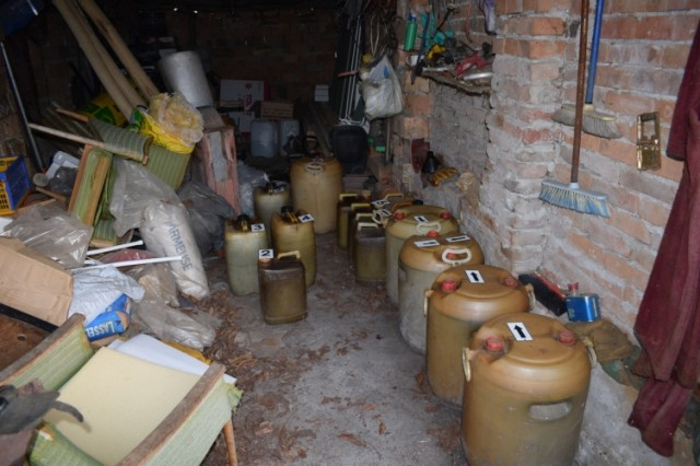 A házkutatás alkalmával talált gázolajos hordók - fotó: rendőrség