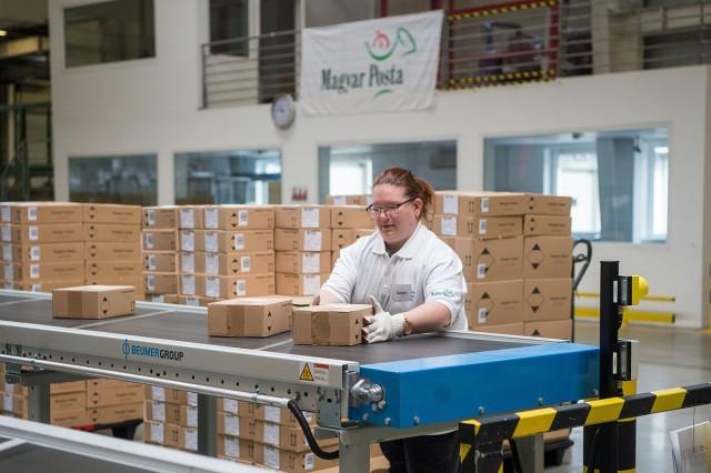 Az új automata csomagfeldolgozó rendszert október elején adták át.  Fotó: Balogh Zoltán, MTI