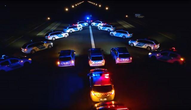 Megvan mit csinált több tucat rendőr a reptéren – VIDEO