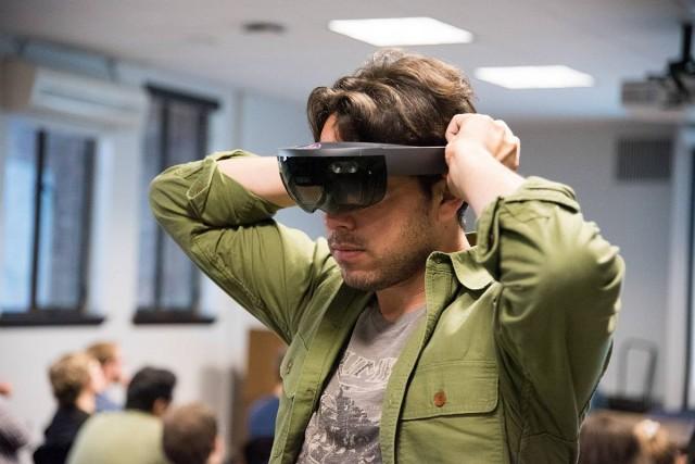 Lázadnak a Microsoftnál a csodaszemüveg katonai fejlesztése ellen