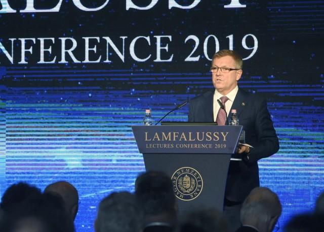 Matolcsy: a következő évtizedekben bevezetjük az eurót