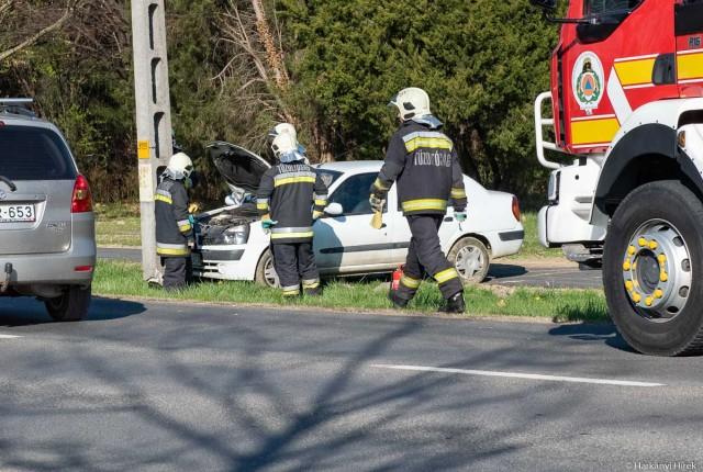 Villanyoszlopnak hajtott egy autós a Siklósi úton