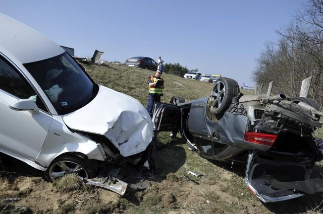 Összetört személygépkocsik az M5-ös autópályán Inárcs közelében 2019. március 23-án. A balesetben négyen sérültek meg. Fotó: Mihádák Zoltán, MTI