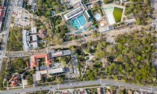 Ütemterv szerint: sok helyen már a parkban térköveznek