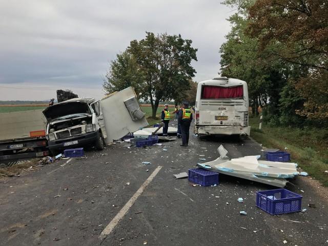 Autóbusz és kamionok ütköztek – teljes útzár az 58-ason – friss: részletek