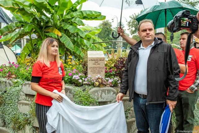 Dr. Vlaskovits József emlékoszlopát Baksai Tamás polgármester és Rudolf Noémi, Dódi egykori tanítványa leplezte le.