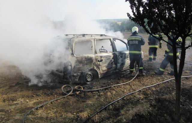 Saját autója alatt gyújtotta fel az avart