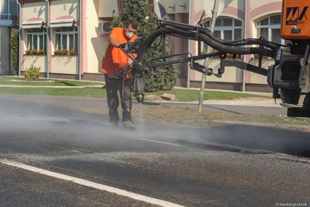 Bitumenemulzióval bevont zúzalék és a forgalom által aszfaltosított kátyú az utak titka