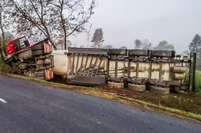 Üzemanyagot szállító kamion borult fel a hatoson
