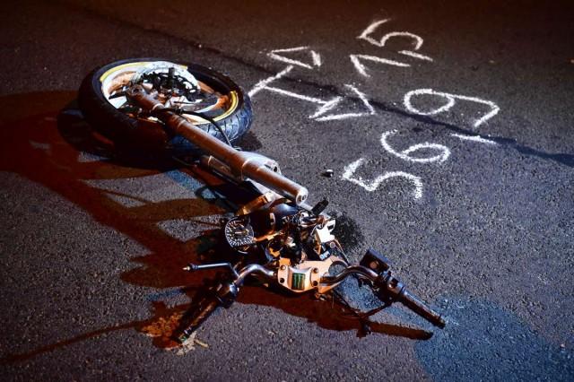 Darabokra szakadt a motor Debrecenben. Fotó: Czeglédi Zsolt, MTI