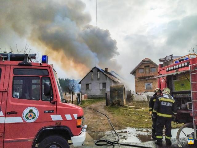 A Malomvölgyi úton kigyulladt házhoz Pécsről,... Fotó: OKF/HH