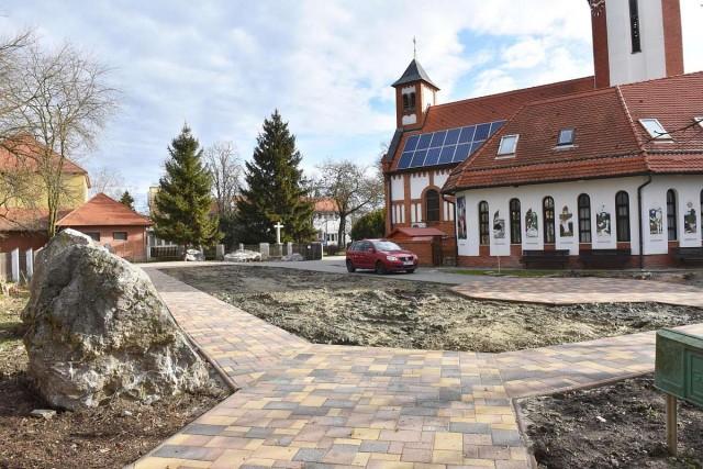 Az önkormányzat is hozzájárult a templomkert felújításához