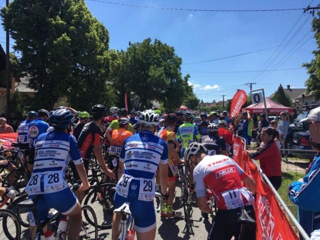 Hatalmas tömegbaleset volt egy kerékpáros versenyen a Balaton mellett