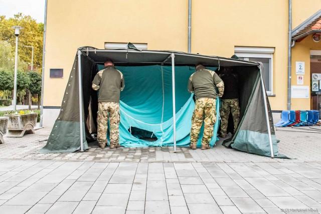 Katonai sátor épül a harkányi kórház előtt.