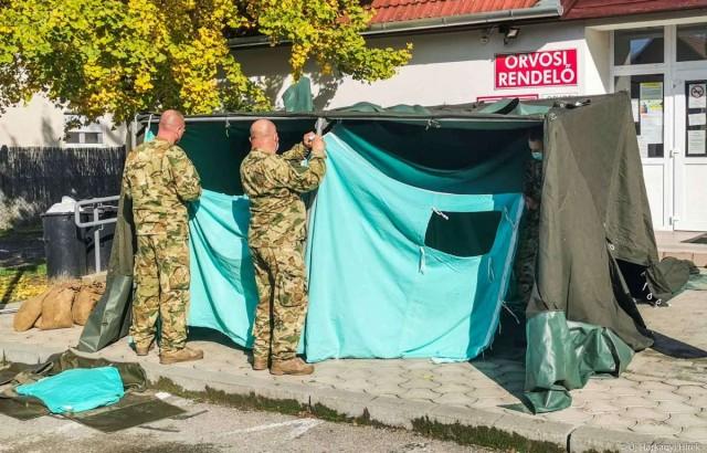 Katonai sátor Harkányban, az orvosi rendelők előtt