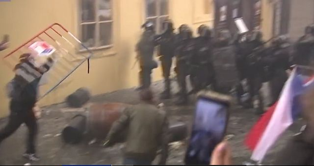 Nyilvánosan misézőket oszlattak Prágában
