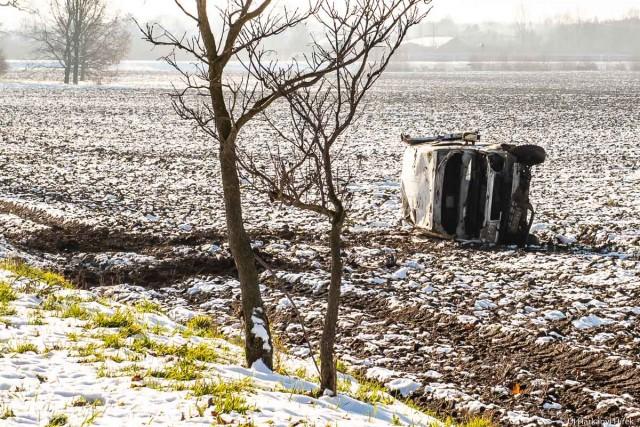 Szántóföldre borult egy autó Harkány határában