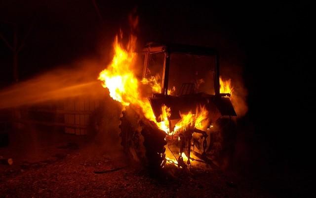 Gyanús körülmények között gyulladt ki egy traktor Sellyén