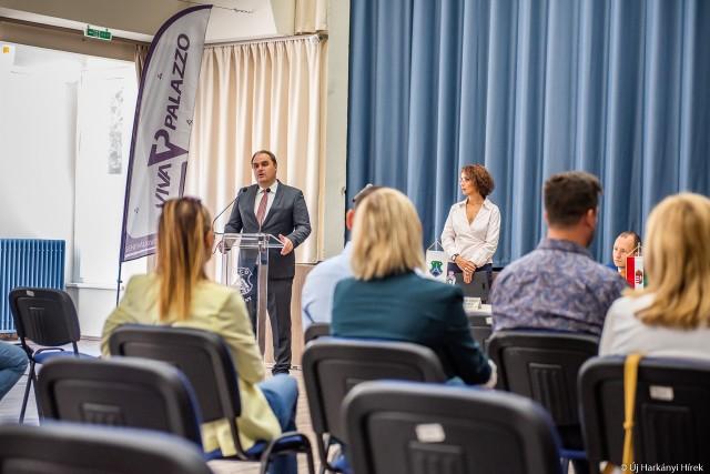Baksai Endre Tamás beszédet tart a harkányi projektzáró rendezvényen